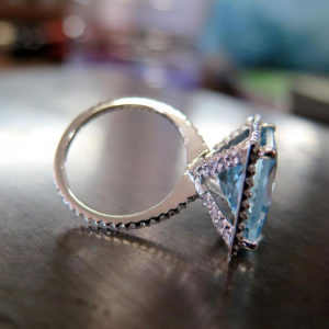 2015-10-27_Aquamarine_ring_set_with_diamonds