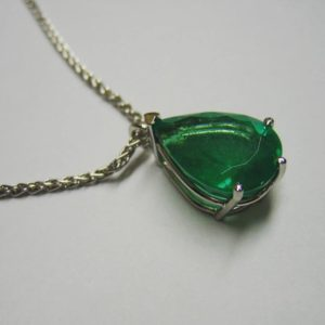 Emerald pendant (Exotic white gold pear shaped emerald pendant)