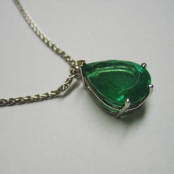 Emerald pendant (Exotic white gold pear shaped emerald pendant)
